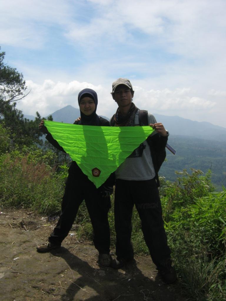Gw & Rina Berpose di Puncak sisi Manglayang