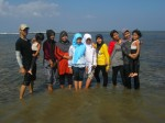 Foto Bersama di Pantai Sayang Heulang